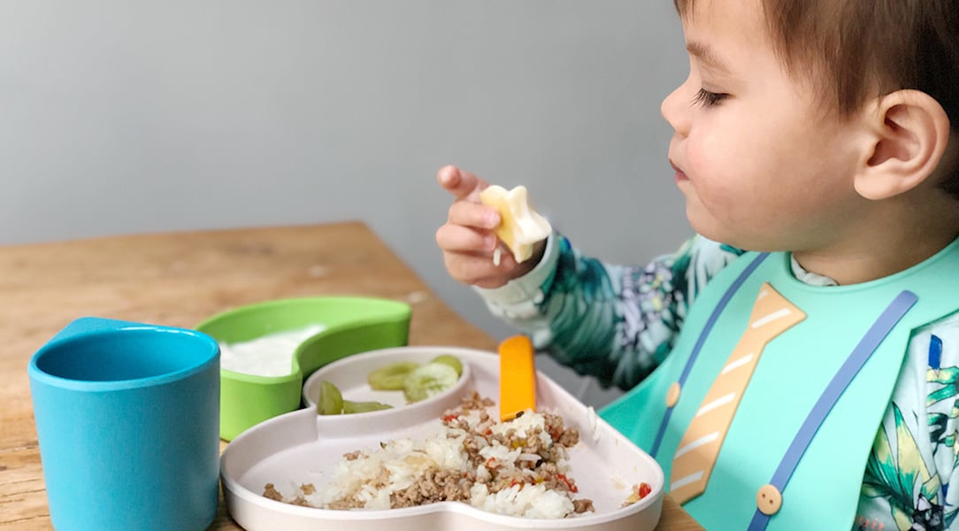Kid eating using the Tum Tum dining set