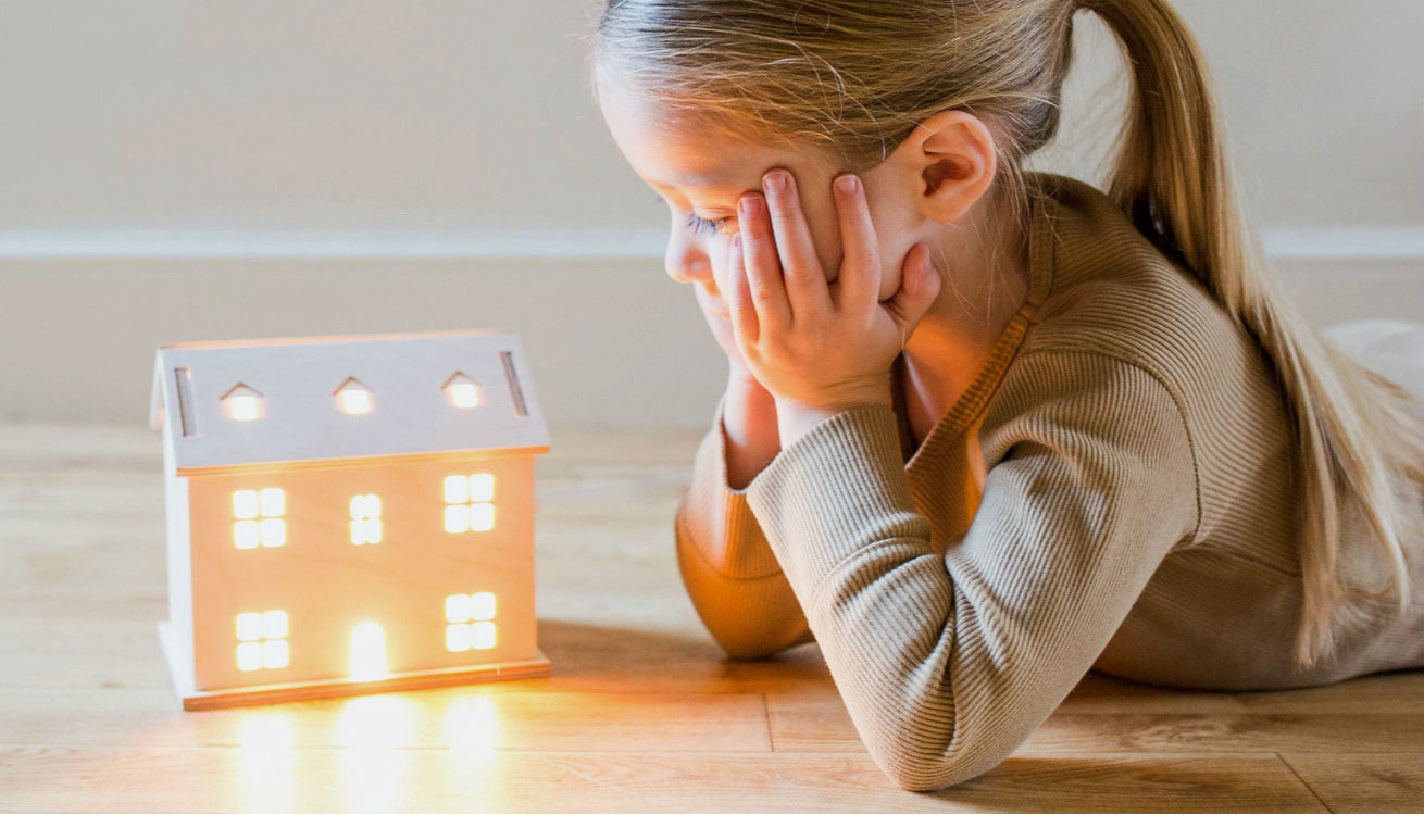 Freya looking at an illuminated house