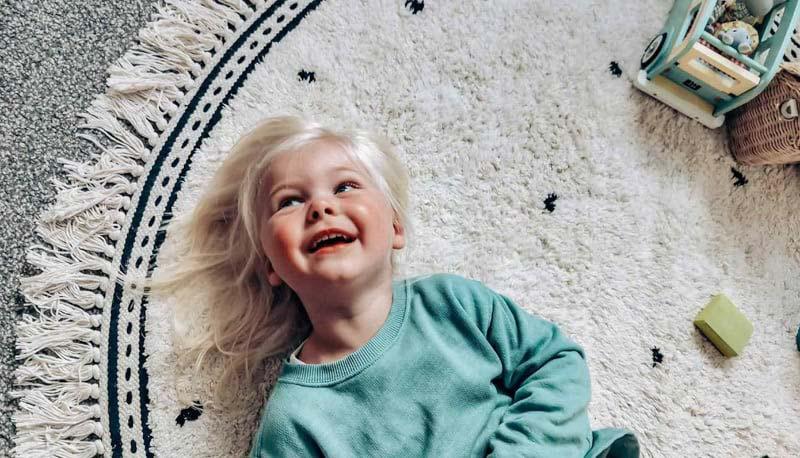 Little girl lying on Tapis Petit rug